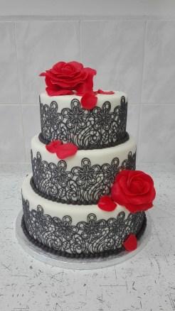 Svatební s krajkou a růžemi