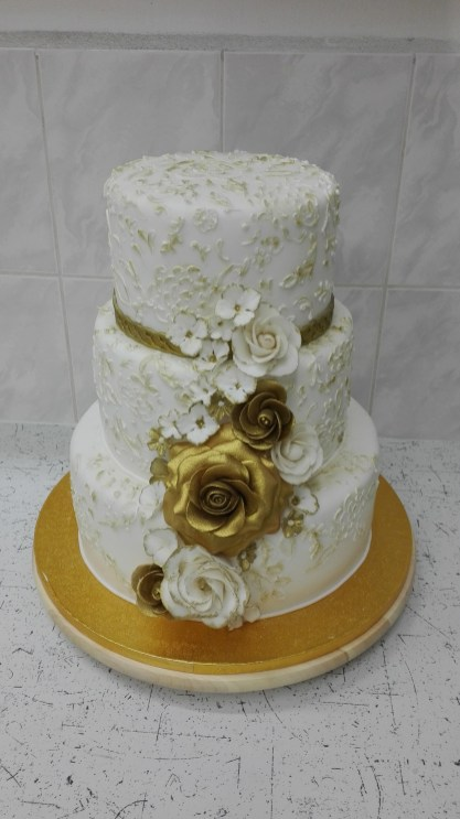 Elegantní svatební dort s marcipánovými květy zlaté barvy