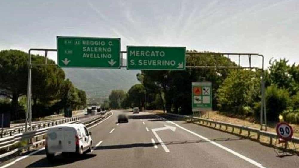 Donna ferita da oggetto contundente mentre è in autostrada: dramma sfiorato