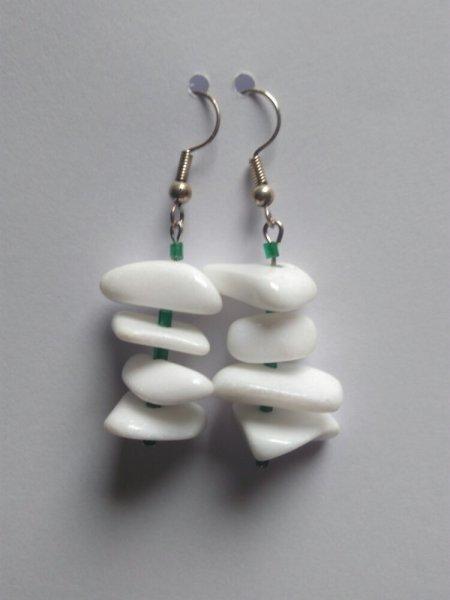 Boucles d'oreilles pendantes verte et blanche