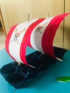 Bateau pirate en boite d'oeuf