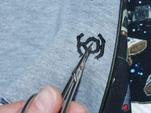 vorgenähte Kordelöffnungen vorsichtig mit der Schere öffnen