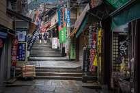 Japan - Sanuki - Shikoku - Streetview Treppe mit Schulmaedchen