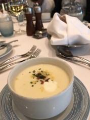 Vorspeise: Käse-Kartoffelsuppe mit Crème Fraiche