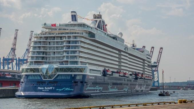Die neue Mein Schiff 1 an ihrem Liegeplatz in Steinwerder