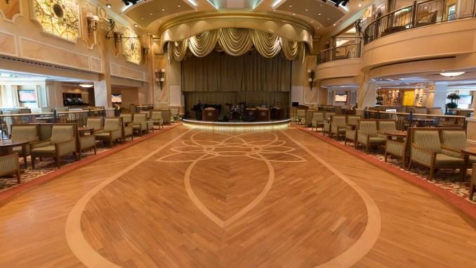 Der imposante Queens Room bietet eine große Tanzfläche