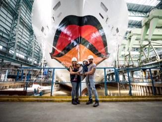 Familie Mirza vor dem Bug der AIDAnova auf der Meyer Werft. Foto: AIDA Cruises
