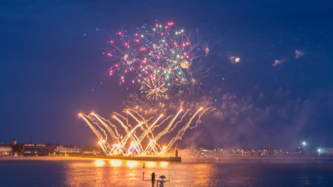 Feuerwerk am Weserufer