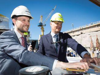 Jan Meyer, CEO von Meyer Turku, und Ben Clement, SVP Newbuilds Carnival Cruise Line, legten die Münzen unter den ersten Block. Foto: Meyer Turku