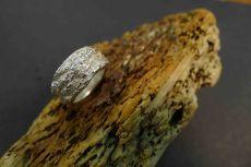 Fingerring mit Oberflächenabdruck von Baumrinde