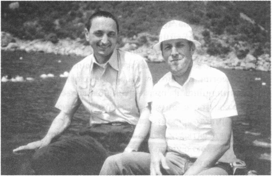 Заведующий отделом марикультуры ИнБЮМ В.Н. Иванов (справа) с коллегой из Италии С. Майстрини. Мидийная ферма ИнБЮМ, 1991 г