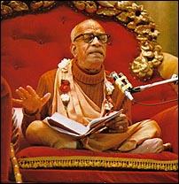 Prabhupada Bhagavad Gita dersi verirken
