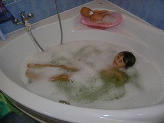 Кристина Карпенко и кукла Аня купаться в ванной