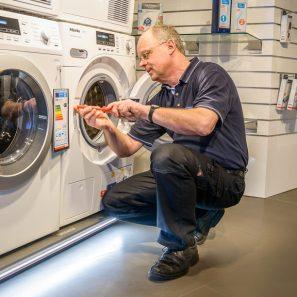 Reinhard Krix führt die Ausbildung zum Kundendiensttechniker durch