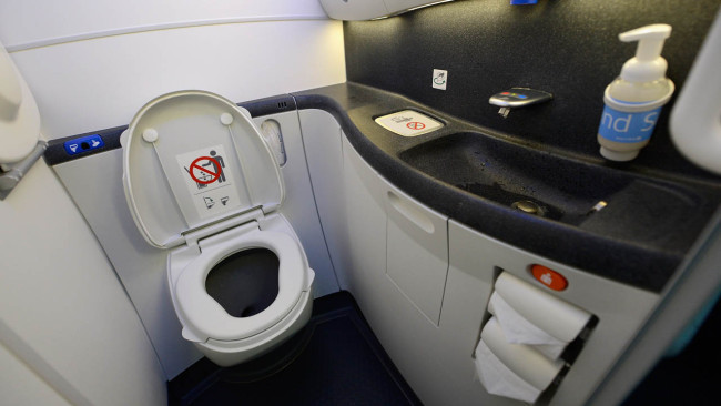 plane-bathroom_697780