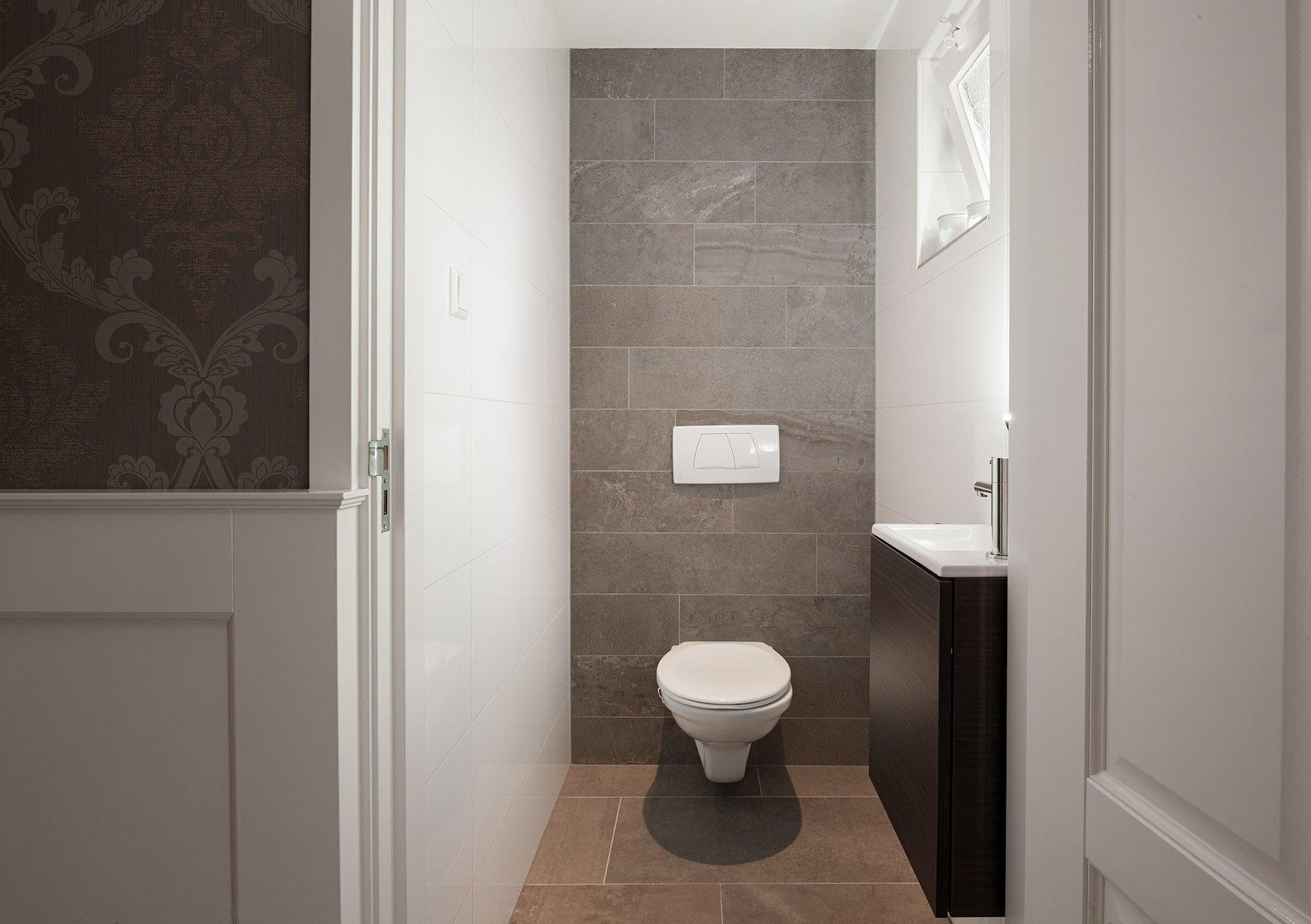 Groot formaat vloertegels in hal en badkamer  KROON