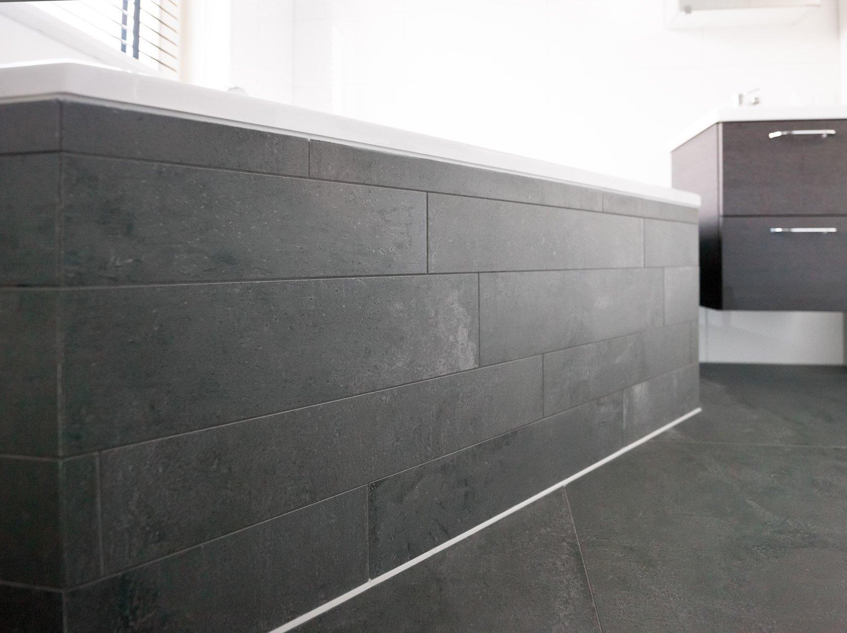 Antraciet vloertegels in woonkamer en badkamer