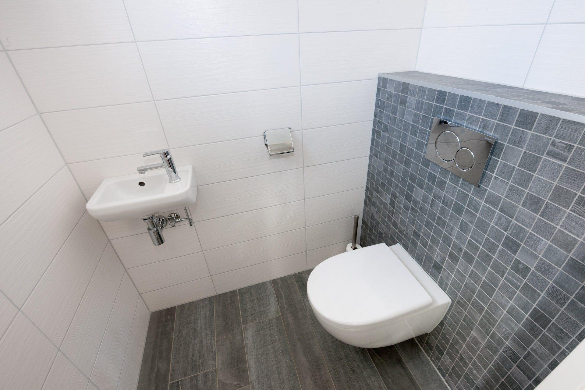 Houtlook tegels in woonkamer en mozaek in toilet  KROON