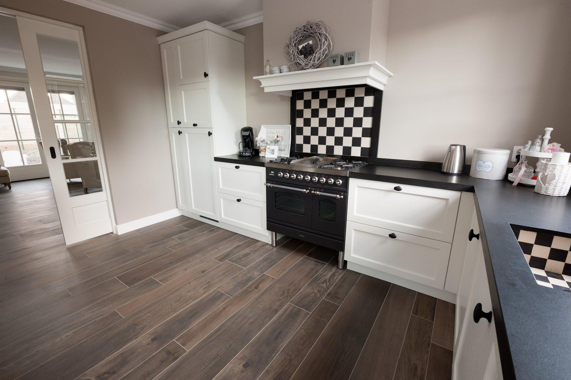 Houtlook tegels in woonkamer zwartwit geblokte vloer in hal