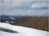 山頂から郡山方面。奥羽山系の山々は 雪雲で覆われていました。