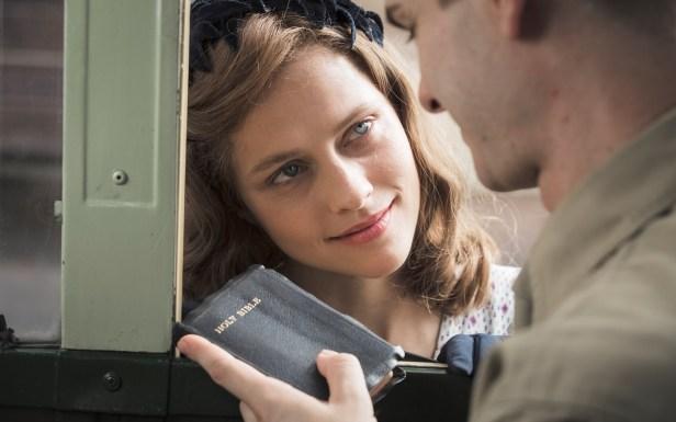电影中未婚妻桃丽丝在戴斯蒙上战场前赠送圣经给他。
