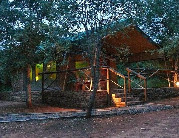 Baluleni Safari Lodge Night Exterior