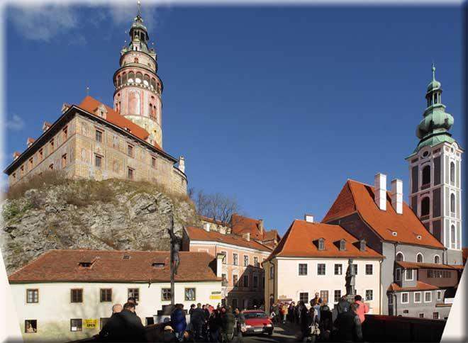 Der Turm gilt als Wahrzeichen der Moldaustadt Cesky Krumlov / Krummau, die jeden Besucher mit ihrem besonderen Flair empfängt