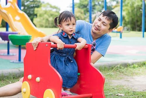 งานวิจัยชี้! พ่อเล่นกับลูกช่วยให้ลูกฉลาด แนะคนเป็นพ่อหาเวลาเล่นกับลูกบ่อยๆ