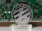 Litecoin-Silbermünze mit CPU