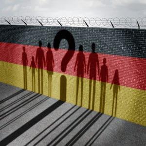 Deutschland Mauer Fragezeichen Menschen-Schatten - deutsche Bundesregierung verbietet Libra!