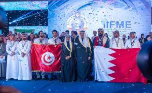 الشيخ سلمان الحمود الصباح وطلال الخرافي في صورة تذكارية مع المخترعين الفائزين بميداليات المعرض الذهبية والفضية والبرونزية