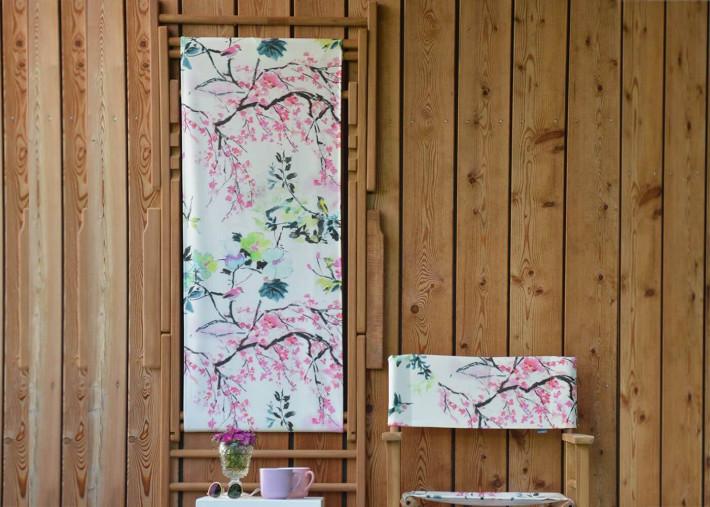 chilienne en teck et tissu d exterieur motif floral rose maxx chinoiserie flower par jankurtz
