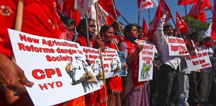 Intian maanviljelijät puolustavat joukkovoimalla elantoaan