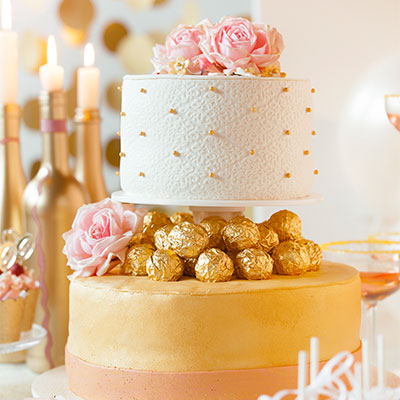 Goldhochzeit Hochzeitstorte mit Gold festlich dekorieren