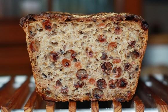 Chleb pełnoziarnisty z porzeczkami