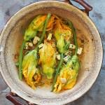 Kwiaty cukinii nadziewane komosą ryżową, wędzonym tofu i ziołami. Wieczór dla Niej i dla Niego