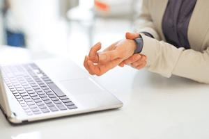 手腕劳损从错误的键盘和鼠标