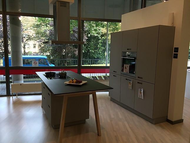 next125Musterkche mit MattglasFronten und Kochtisch Ausstellungskche in Freiburg von KCHEN
