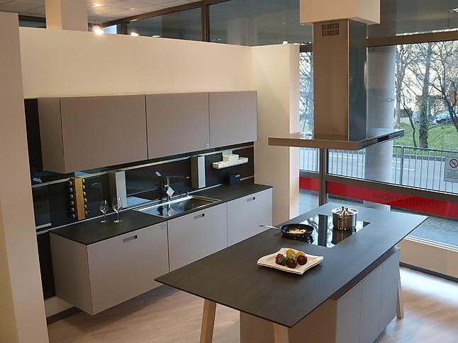 next125Musterkche mit MattglasFronten und Kochtisch