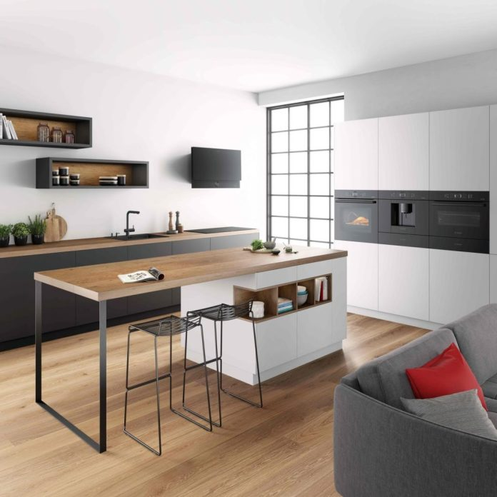 """The oven comes with the highly functional sensors """"PerfectBake"""" and """"PerfectRoast"""". The new Series 8 model will be available in the Bosch accent line carbon black from spring 2020. (Photo: Bosch)"""