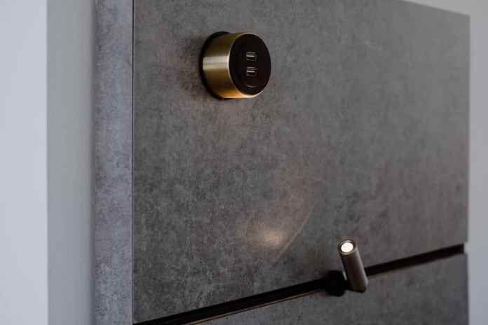 Fascinating possibilities for kitchen back wall design arise with THE WALL not only for the individual modules (plug-in lights, USB connection), but also for the surface, whose material can be selected from high-quality composite materials such as Dekton or antique wood. (Photo: orea Europe)