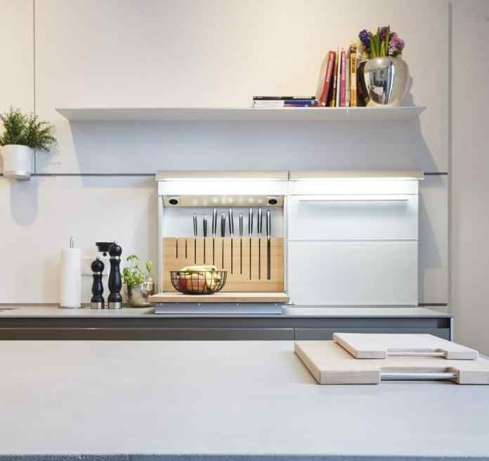 Tastefully solved: bulthaup's multifunctional back panels can be integrated into the rear wall panel and optionally left open or closed. (Photo: Kitchen Atelier Hamburg)