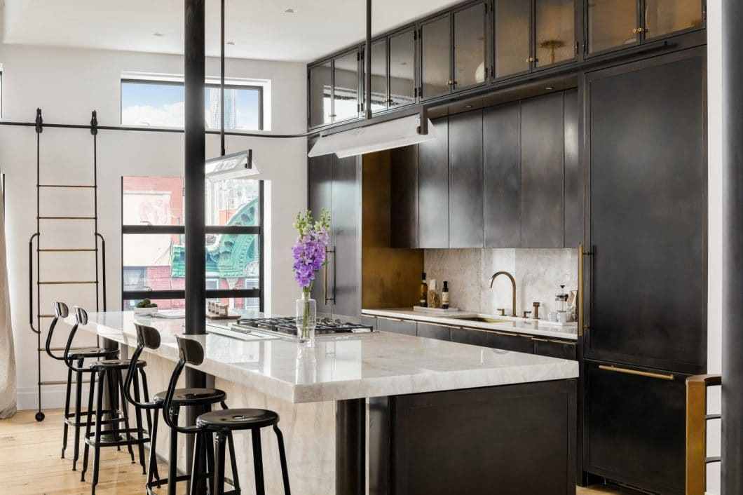 Metal kitchens have a charm in which some see their advantage, others criticize: their surface will constantly change in their patina due to environmental influences. Some see this as impressive individuality - others should consider buying again. (Photo: Amuneal)