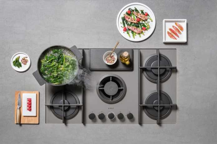 Elica also has a gas hob in its range, with which a cooktop extractor is possible. The gas flames are protected here by means of a steel rail. (Photo: Elica, NIKOLATESLA FLAME)