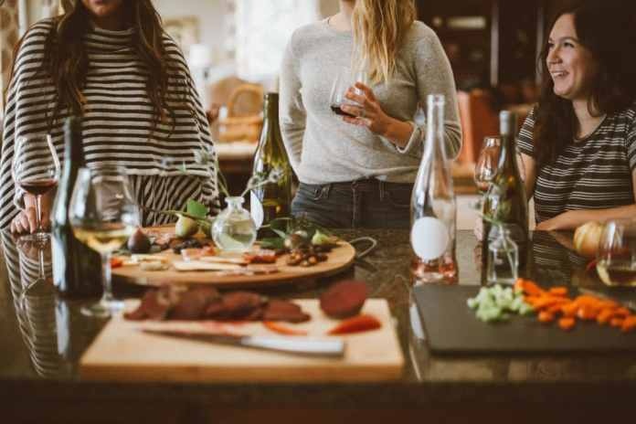 In the end you end up in the kitchen again: the best stories are also made at your own kitchen table at Christmas parties or meetings with old friends. (Photo: Kelsey Chance)
