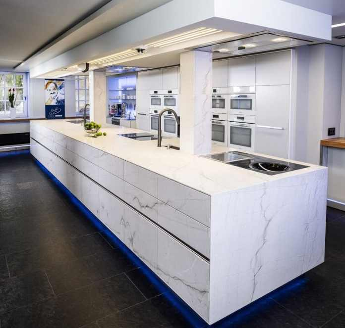 The natural stone kitchen island measures a whopping 7 meters, which STRASSER stones were allowed to install for celebrity chef Johann Lafer in his cooking school. Good marketing included ... (Photo: Strasser)