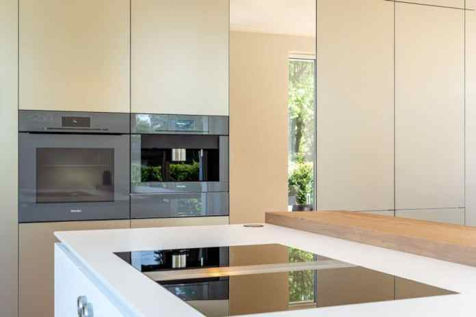 High-quality built-in appliances in aesthetic black, stainless steel and graphite gray find their way into the kitchen made of metal and matt lacquer. They fit perfectly with the front made of aluminum satin bronze anodized. (Photo: Lang Kitchens & Accessories)