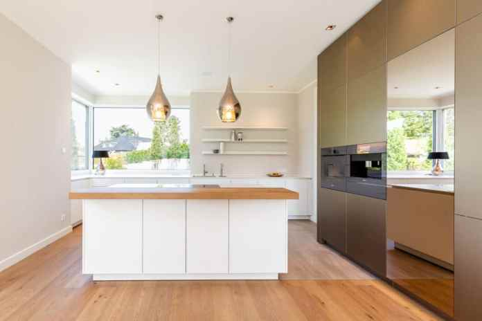 This kitchen for design lovers presented the kitchen studio Lang Kitchens & Accessories with special challenges: the kitchen should be aesthetic, timeless and puristic - but with that certain something. (Photo: Lang Kitchens & Accessories)
