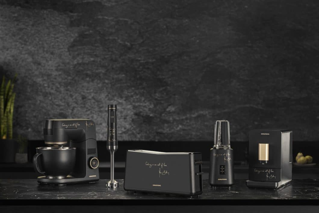 A highly elegant design in matt black lacquer immerses the small kitchen appliances of the Massimo Bottura collection in a modern face. Grundig also paid particular attention to quality. (Photo: Grundig)