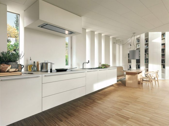 A puristic kitchen one-liner in a straightforward ambience. The open atmosphere is supported by the reduction to a one-line but generous kitchen shape. (Photo: bulthaup)